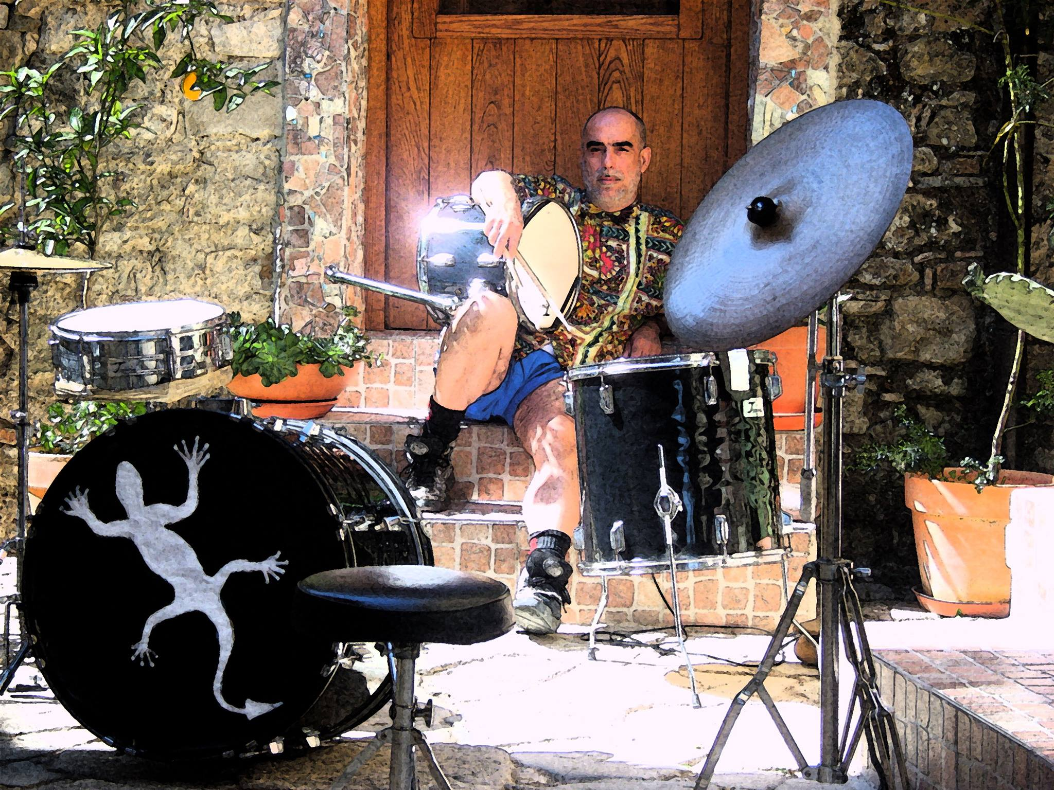 Il musicista Peppe Capuano con la sua batteria