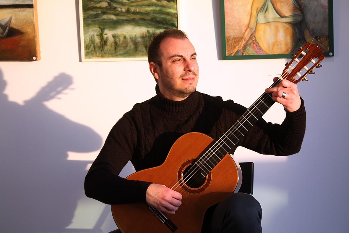 Davide Di Pinto alla chitarra classica, mentre esegue i suoi brani